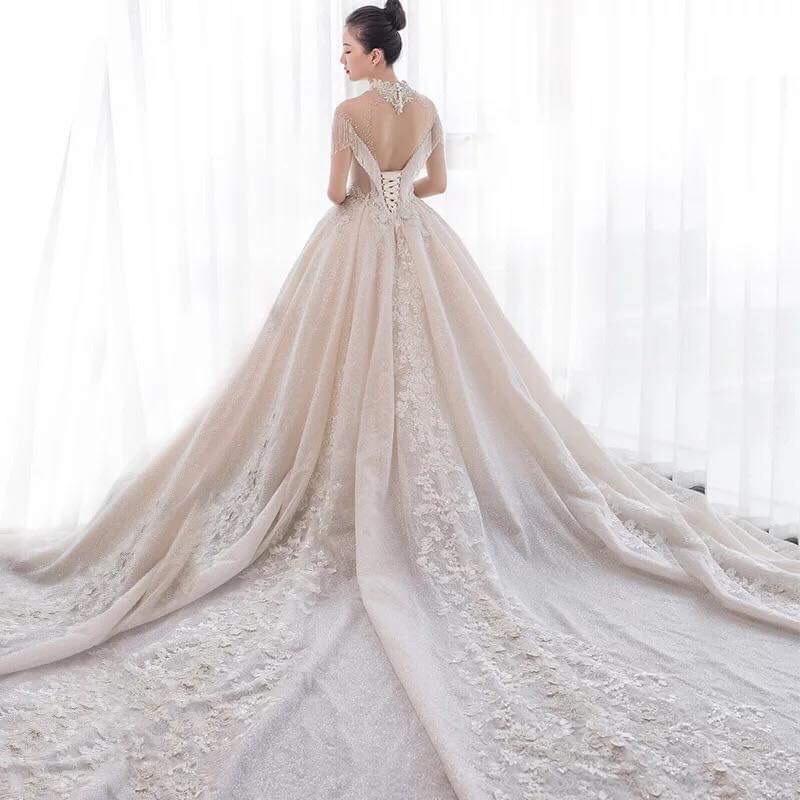 Váy cưới cổ điển phủ cườm
