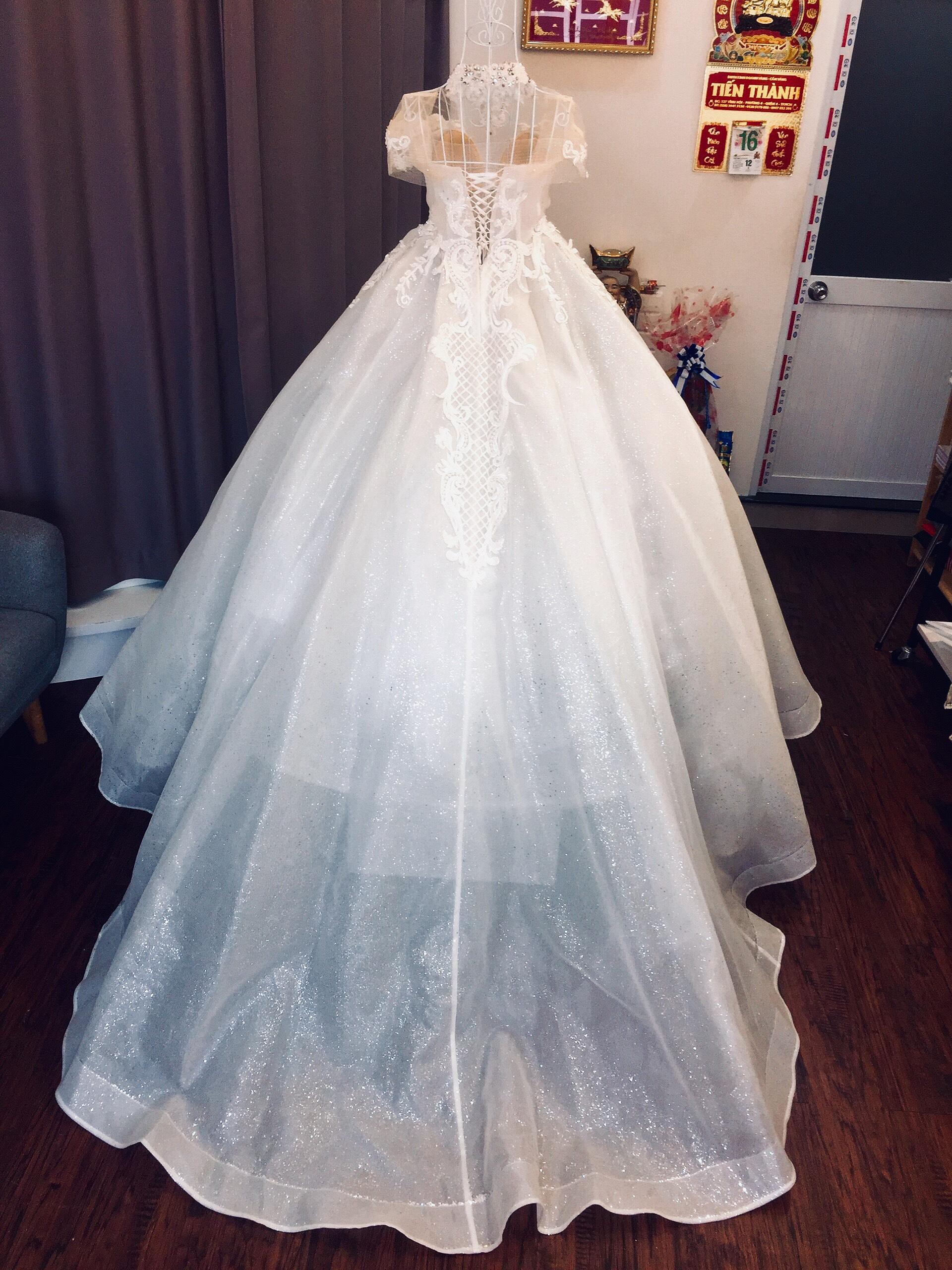 Váy cưới dáng bồng kim tuyến