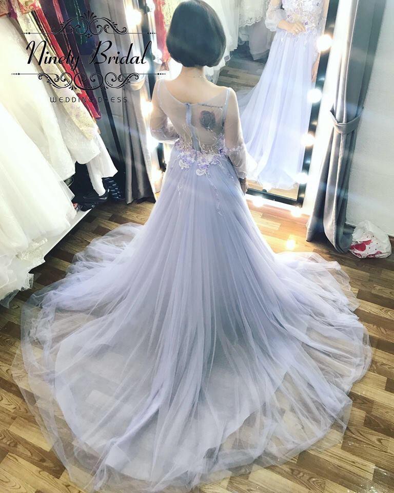 Váy cưới tay dài họa tiết trẻ trung